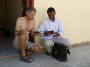 Dirk en de Sudanese fixer Magdi aan het werk